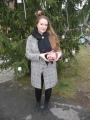 Zástupkyně vítězného stromu s výherní vánoční ozdobou