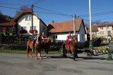 Generál, sluha a kat na koních pod májí