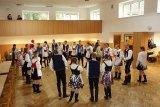 Tancovaní krojované chasy v kulturním domě