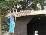 Pokládání střešní krytiny z plechu