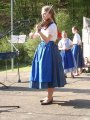 Členka souboru Borověnka hrající na housle