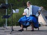 Členka souboru Borověnka hrající na akordeon