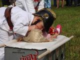 Ukázka umělého dýchání zachráněné panenky