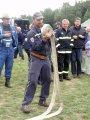 Hasič při motání hadice