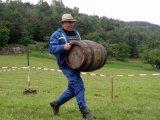 Člen SDH Lískovec při běhu s dřevěnou bečkou