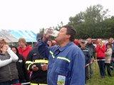 Člen SDH Lískovec při pití piva na čas