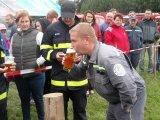 Člen SDH Nedvědice při pití piva na čas