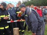 Člen SDH Dolní Čepí při pití piva na čas