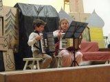 Děti hrají a zpívají koledy