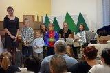Děti za hudebního doprovodu zpívají koledy